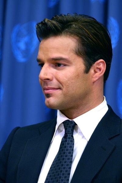 moderne Kurzhaarfrisuren für Männer wie Ricky Martin