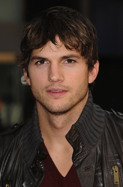 frisuren halblang von ashton kutcher m nnerfrisuren. Black Bedroom Furniture Sets. Home Design Ideas
