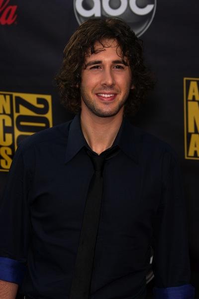 lange Haare Männer tragen sie gerne so - Josh Groban